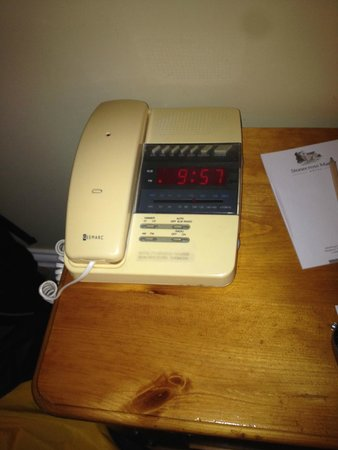 Stonecross Manor Hotel: 1980's Telephone (I'm sure was once white)