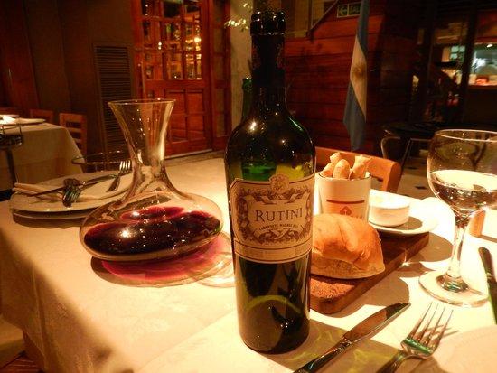 Alcorta Carnes y Vino : Vino, pane, grissini