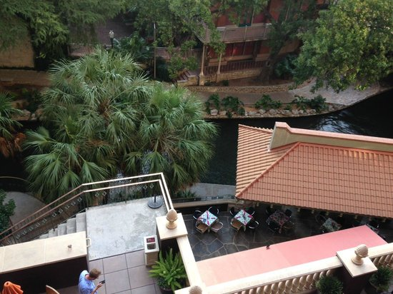 Hotel Valencia Riverwalk: View from our room overlooking the restaurant and riverwalk