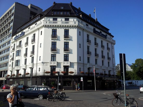Copenhagen Plaza Hotel: Photo looking back at the hotel from Central Station