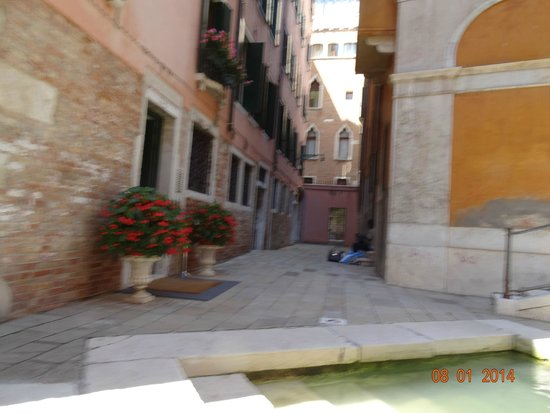 Residence Corte Grimani: Entrance to the hotel-where water taxi will drop off and pick up