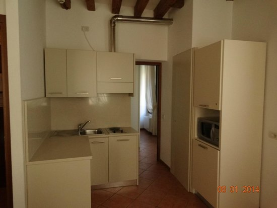 Residence Corte Grimani: Kitchen area and hall leading to 2nd bath (in the room) and closet