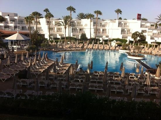 ClubHotel Riu Paraiso Lanzarote Resort: just a bit too many sunbeds !