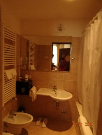 Residence Corte Grimani : One of the 2 full bathrooms