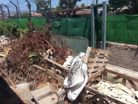 Rebecca Park Apartments: aqui se ven las bolsas para recoger escombros, falta que se pongan a ello.