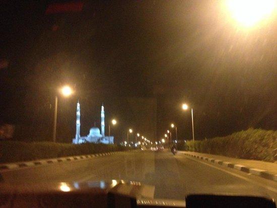 Al Mustafa Mosque: красиво освещается ночью