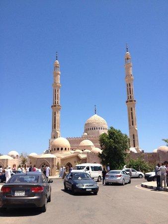 Al Mustafa Mosque: все бегут на джума-намаз