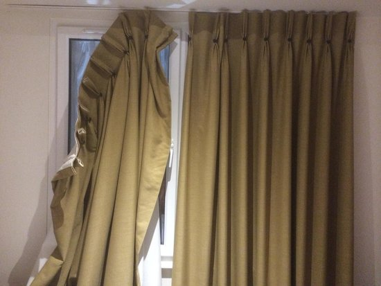 Grand Canal Hotel : Broken curtains