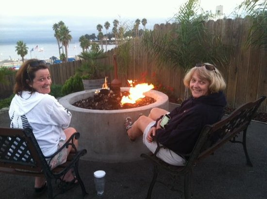 Beach Street Inn and Suites: Enjoying the fire pit.