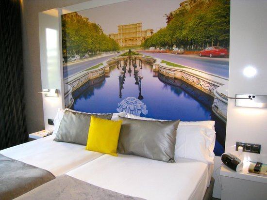 Hotel Vueling BCN by Hc: Room - headboard painted on wall