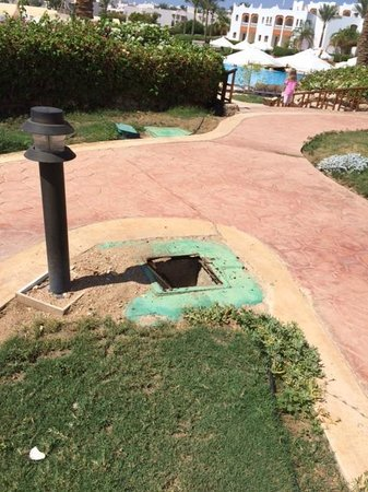 Sunrise Diamond Beach Resort : Missing manhole cover