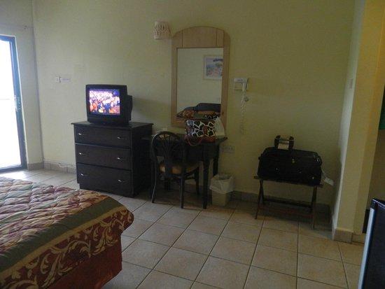 Allamanda Beach Resort & Spa: Tv, dresser, chest of drawers
