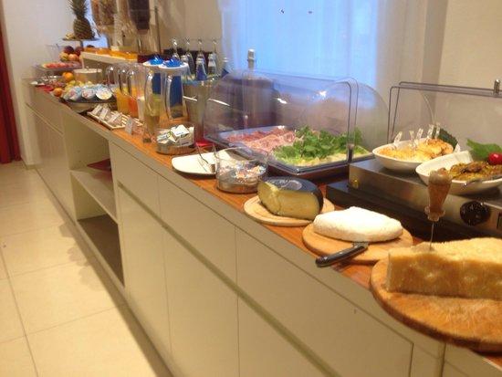 Hotel Card International : Buffet della colazione: lato salato, succhi e frutta (ottima!! Buonissimi i centrifugati e un sa
