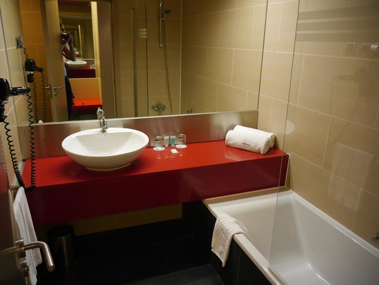 ILUNION Barcelona : Bathroom which is nice and modern