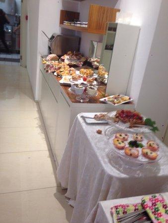 Hotel Card International : Buffet colazione,lato dei dolci. Brioches, torte, sformatini, toast, mille marmellate(e..voglio