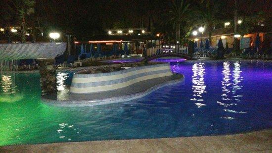 Hotel Dunas Suites and Villas Resort: Vista nocturna de la piscina principal