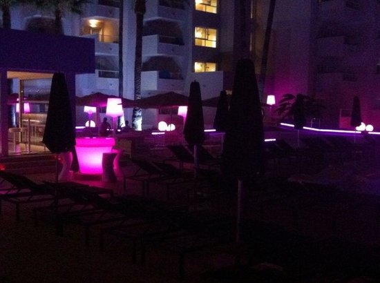 Hotel Garbi Ibiza & Spa: Outside lounge area near bar