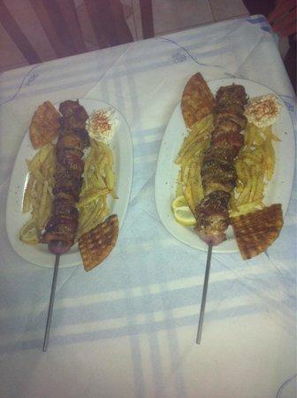 Schinoussa, Grecia: Pork and beef souvlaki plate!!! Local meet!!!
