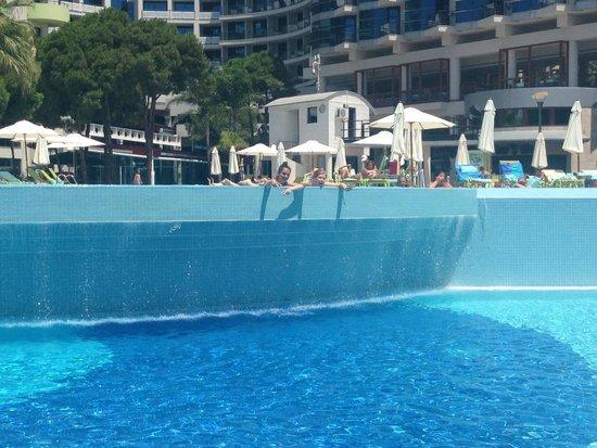 Cornelia De Luxe Resort: Waterfall from the top pool