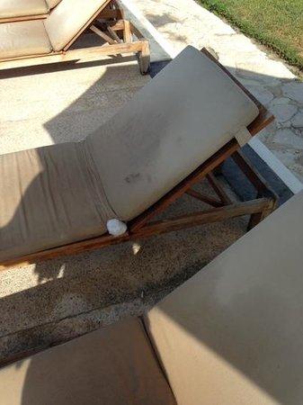 Dreams Tulum Resort & Spa: broken and dirty sun beds