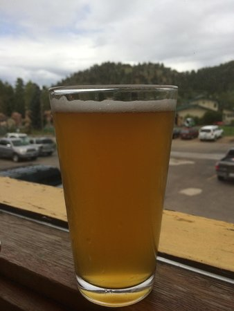 Estes Park Brewery: Nice beer with a view