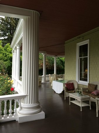 Churchill Manor Bed and Breakfast: Front Porch