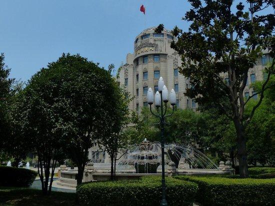 Grand Mercure Xian on Renmin Square: Imposing Entrance