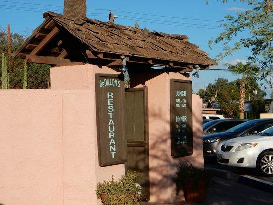 BeDillon`s Restaurant & Cactus Garden : Entry way greeting you to BeDillons.