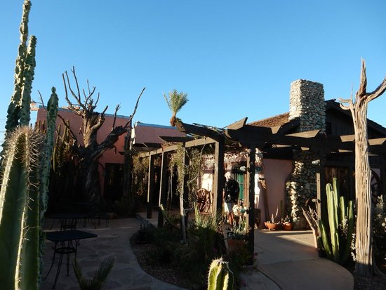BeDillon`s Restaurant & Cactus Garden : Walkway us to BeDillon's in the cactus garden.