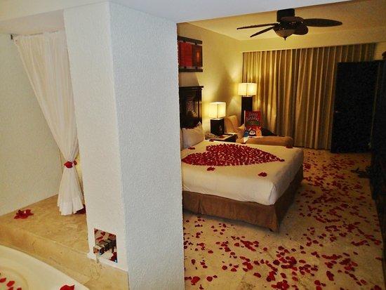 Casa Dorada Los Cabos Resort & Spa: Bedroom long view from Jacuzzi area