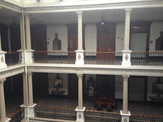 Gran Hotel de Merida: Centre of Hotel. Rooms located all around the outside.