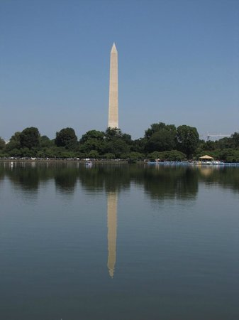 Jefferson Memorial: The view of the Washington Momument across the Tidal basin is stunning!