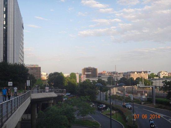 Ibis Paris La Defense Centre: O hotel à esquerda e a Torre Eifel ao longe, bem no meio da foto