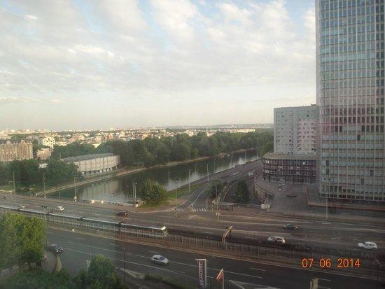 Ibis Paris La Defense Centre : Esta era a vista da minha janela, bem na frente da escrivaninha. Trabalhei com essa vista!