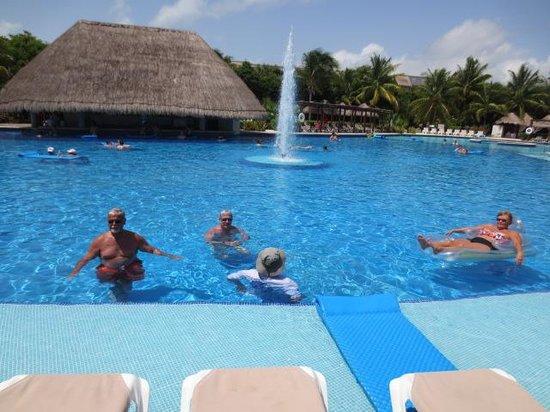 Valentin Imperial Maya: fun at the pool