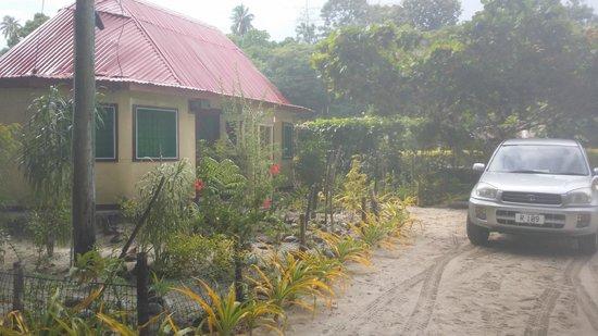 Satuiatua Beach Resort: Duplex closed in fale/ cabin with private ensuites
