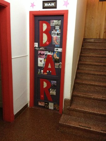Hopa Home Patagonia Hostel: Door of the bar