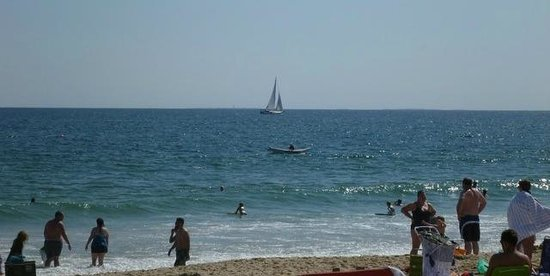 Misquamicut State Beach : boats and bathers