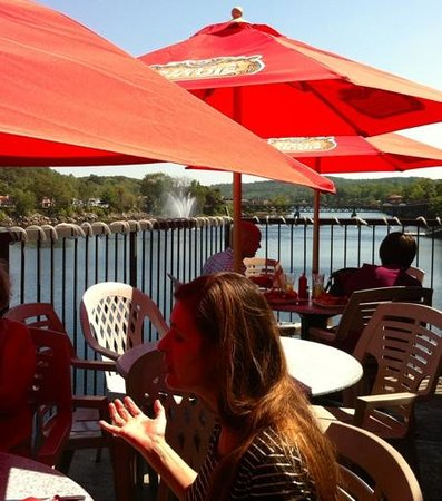 River Pub: Dining al fresco