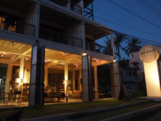 Samatha Bed & Breakfast: 夜の外観