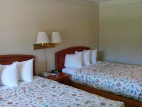 Quality Inn Airport: Beds - Comfortable but small