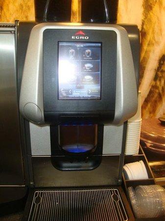 Hyatt Regency Birmingham - The Wynfrey Hotel: Club room, Coffee machine