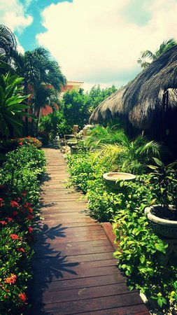 Spa del Sol: Walkway to massage rooms