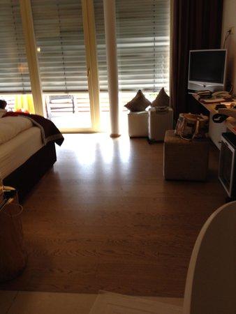 Alpiana Resort: Blick von der Wanne ins Zimmer