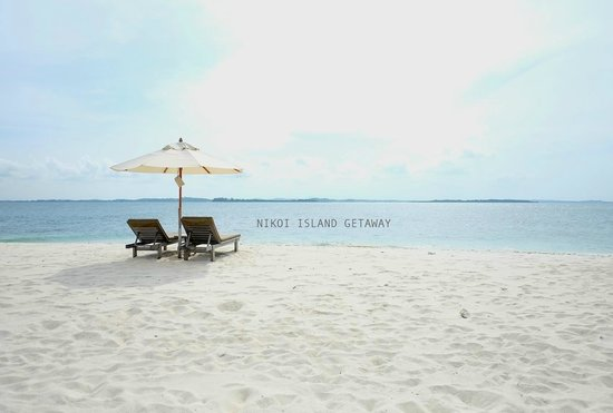 Nikoi Island: the white sandy beach with clear blue sea