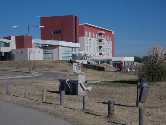 Epic Hotel San Luis: vista del hotel desde el área de juegos