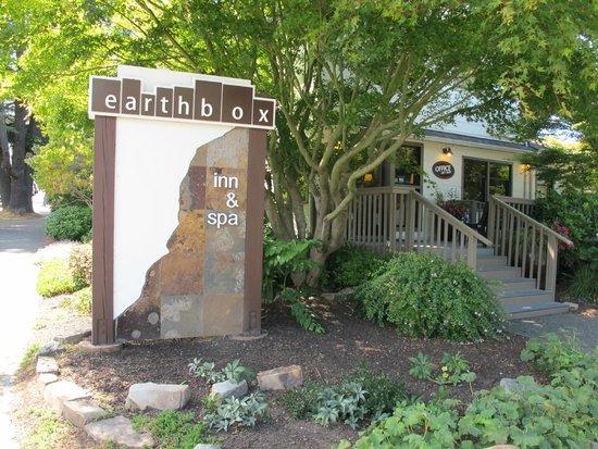 Earthbox Inn & Spa : Hotel Sign
