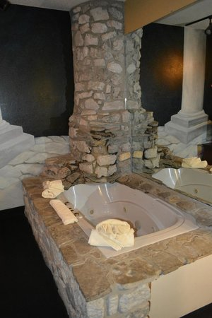 Stone Castle Hotel & Conference Center: amazing tub