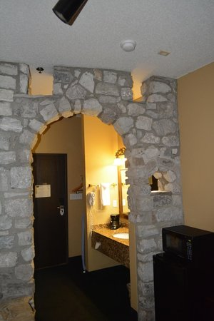 Stone Castle Hotel & Conference Center: Archway in room