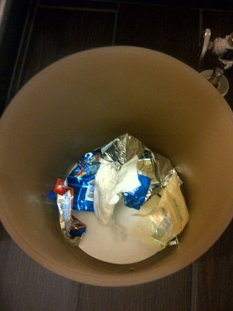 Grand Hyatt Denver Downtown : Garbage left in the bathroom from last guest